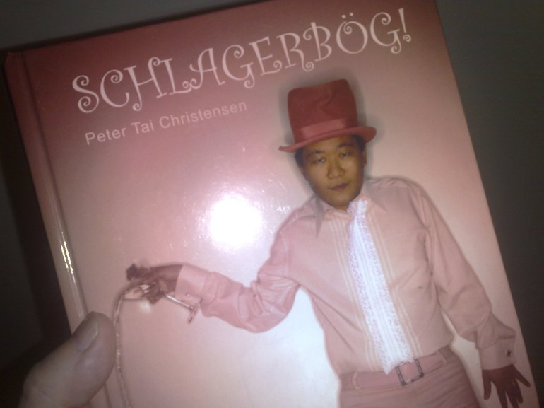 Schlagerbog by Peter Tai Christensen. Schlager is a type of Swedish pop song. Bog is a poof.