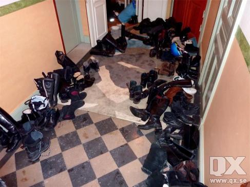 Drygt hundra gäster på festen och visste man inte annat skulle man kunna tro att det var lägenhetsvisning i våningen på Östermalm. Courtesy QX.se