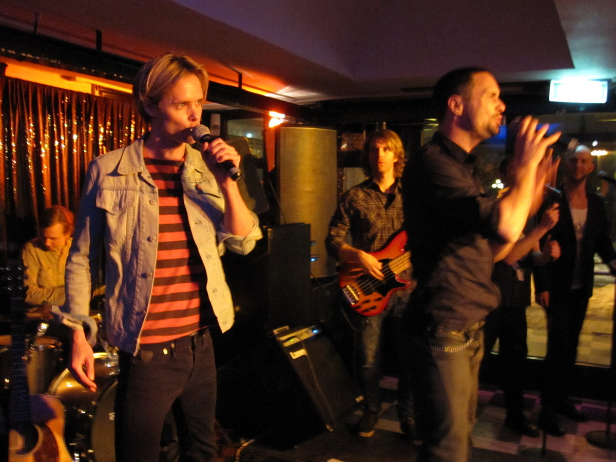 Support schlager band plays at Victorias
