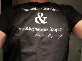 T-Shirt från Selma Lagerlöf-sällskapet med texten fantasiens jättebin... & verklighetens kupa
