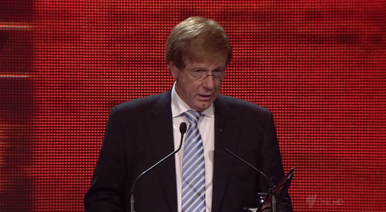 Kerry O'Brien receives Leadership Award at Walkleys