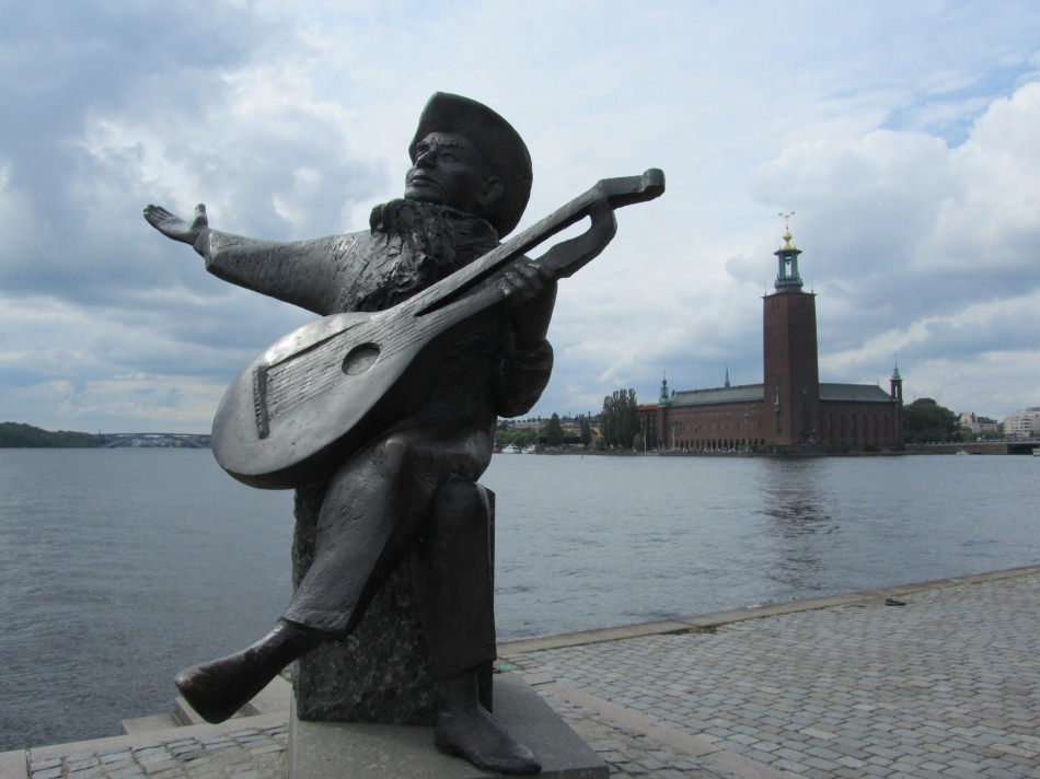 Statue of Swedish musician, Evert Taube and Stockholm town hall, Stadshuset