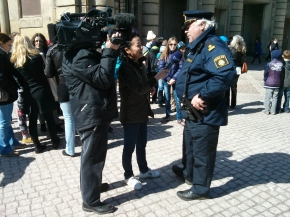 Swedish TV interviews local police about the crowd attending the birthday celebration for the King of Sweden